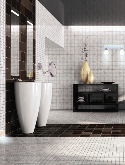 Łazienka z mozaiką, szafkami, lustrem, umywalkami.