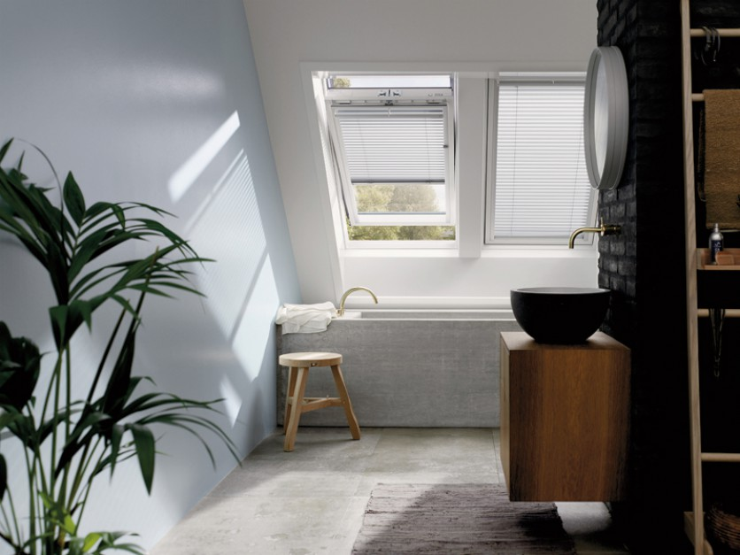 Łazienka na poddaszu z wanną i umywalką