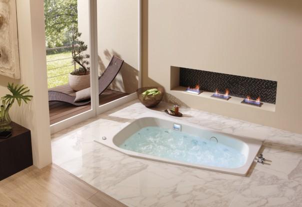 Łazienka z wanną z hydromasażem.