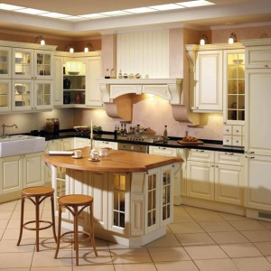 Sarah – bogata w elementy ozdobne (pilastry, listwy wieńczące, gzymsy) kuchnia przeznaczona dla koneserów eleganckich wnętrz; fronty w ciepłej, kremowej kolorystyce w połączeniu ze stylowym sprzętem tworzą gustowne, eleganckie wnętrze. Wycena indywidualna, A-Z Kuchnia.