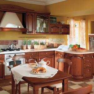 Diadema – klasyczna kuchnia wykonana w drewnie; do wyboru blisko 200 różnych brył szafek (do indywidualnego zestawiania) oraz różnorodne fronty, w tym wypukłe, np. do dekoracyjnego zakończenia półwyspu; ciekawym elementem jest zabudowa kredensowa z ukrytą wewnątrz lodówką; okucia firmy Blum. Wycena indywidualna, Black Red White.