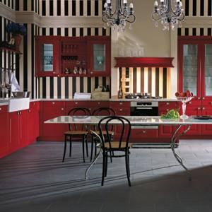 Calvos-FS – ponadczasowa forma w tradycyjnym kolorze czerwieni w odcieniu bordoux; lakierowane fronty w wykończeniu matowym, z frezem typu rama, całość zdobią efektowne pilastry oraz listwy dekoracyjne, szafki górne z witrynami oraz małymi szufladkami, szuflada pod blatem wyposażona w system z krajalnicą do chleba. Wycena indywidualna, Leicht.