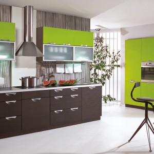 Emilia – kuchnia z frontami lakierowanymi na wysoki połysk; dostępna jest w bardzo szerokiej gamie kolorystycznej; bogata oferta szafek daje ogromne możliwości zagospodarowania przestrzeni. Wycena indywidualna, Stolkar.
