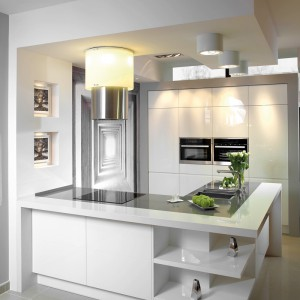 Linea – meble o prostej formie i nieskazitelnej czystość koloru; biel połączona z szarością konglomeratu użytego do wykonania blatu dała wyjątkowo estetyczny efekt; ciekawe detale – okap, łączenie dwóch kolorów blatów, uchwyty – dodały kuchni intrygującego charakteru. Wycena indywidualna, A-Z Kuchnia.
