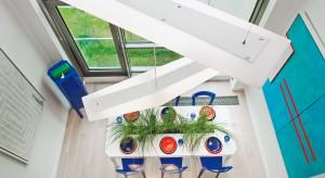 Chłód skandynawskiego wybrzeża oraz niepowtarzalna architektura Oslo zainspirowały Macieja Zienia do stworzenia tego niebanalnego wnętrza. Wnętrza zachwycającego oszczędnością form i wyjątkową prostotą. Wnętrza, w którym spełnia się marze