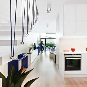 Kuchnia jest półotwarta i nie ma bezpośredniego połączenia z jadalnią. Oba pomieszczenia znajdują się jednak blisko siebie, a komunikacja  między nimi jest bardzo wygodna. Fot. Ghalemco Poland.