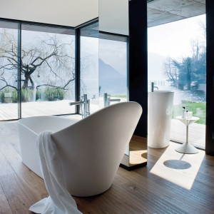 Palomba – solid surface, wolno stojąca, z dekoracyjnie podwyższonym oparciem na plecy. W opcjach dodatkowych są oświetlenie LED i hydromasaż, wym. 183,5x96 cm. Cena: ok. 28.290 zł, Laufen.