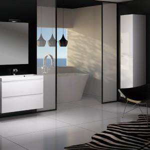 Seria mebli łazienkowych Guadix wykonana jest z odpornej na wilgoć płyty MDF, a szufl ady wyposażone są w system cichego domykania. Cena: ok. 880 zł (szafka wysoka), Deftra.
