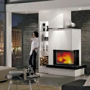 Kominek marmurowy 11/232 to perfekcyjne zestawienie czarnego granitu z bielą części murowanych. Oświetlony regał oferuje miejsce zarówno na dekorację, jak i na drewno. Wkład grzewczy Radiante 550/57 H. Wycena indywidualna, Hark.