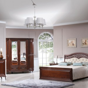 Stylizowane łóżko z kolekcji Werona zwraca uwagę zdobieniami wykończonego skórą zagłówka. Wycena indywidualna, Fabryka Mebli Taranko.