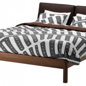 Łóżko z nowej kolekcji Stockholm. Rama z litego jesionu, zagłówki-poduszki  z bydlęcej skóry zapewniają komfort.  Dzięki regulowanym bokom pasują wszystkie wysokości materaca. Cena: ok. 2.799 zł, IKEA.