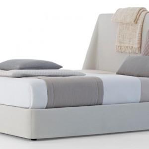 Tapicerowane łóżko Daytona (proj. Claesson Koivisto Rune) – ponadczasowe dzięki lekkiej konstrukcji I prostemu designowi, a jednocześnie funkcjonalne.  Pokrycia zdejmowalne. Na zamówienie, Cinova/Square Space.