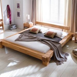 Drewniane łóżko Viktoria.  Materiał: buk twardzielowy, olejowane naturalnie. Świetnie się sprawdzi w każdej sypialni – tej nowoczesnej i tej w rustykalnym stylu. Cena: ok. 3.100 zł (180 cm, cena promocyjna), ARM Po Prostu Łóżka.