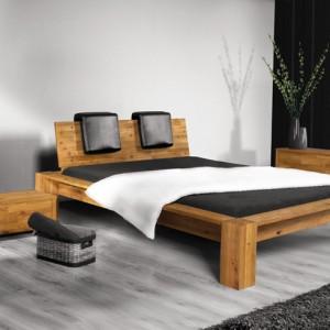 Wysokie łóżko James wykonane z litego dębu ręcznego, olejowane naturalnie.  Sęki  i zwoje podkreślają naturalną strukturę drewna.  Okazały zagłówek z poduchami daje gwarancję relaksu. Cena: ok. 4.245 zł (160 cm), Beds.pl.