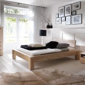 Wykonane w 100% z dębowego drewna łóżko z kolekcji Utah. Widoczne łączenia masywnych dębowych modułów dodaje sypialni naturalnego charakteru.   Dostępne różne wybarwienia (na zdjęciu dąb bielony). Cena: ok. 4.350 zł (160 cm), Ludwik Styl.