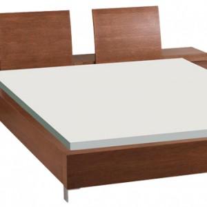 Drewniane łóżko z kolekcji Cuba, okleina naturalna, wybarwienia:  dab havana, dąb czekoladowy. Uwagę zwracają ciekawe zagłówki. Cena: ok. 2.350 zł, Paged Meble.
