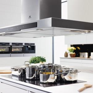 Piekarnik parowy CombiSteam Deluxe EEB8585POX pozwala gotować smacznie i zdrowo. Ma 3 programy łączenia pary i gorącego powietrza, dużą pojemność wnętrza komory oraz powiększone blachy. Cena: ok. 4.300 zł, Electrolux.