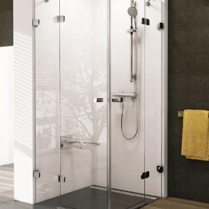 Czteroelementowa, dwie równe części stałe i dwie tworzące otwierane na zewnątrz drzwi. Materiał:  bezpieczne szkło transparentne bez dekoru. Wym.: szer. 80, 90 lub 100 cm, wys. 195 cm. Cena: od ok. 5.105 zł, Ravak/Brilliant BSRV4.