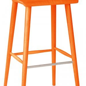 Xstool – prosty i funkcjonalny; proj. Jadwiga Husarska-Chmielarz; zainspirowany modą na meble z lat 80. ze zwężanymi toczonymi nogami; dostępny także w innych kolorach; wys. 95 cm. Cena: ok. 624 zł, Paged Meble.