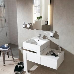 Esprit home bath concept z oferty Kludi to seria kompleksowego wyposażenia łazienki z ceramiką sanitarną, meblami, armaturą oraz programem akcesoriów. Lustro (80x50 cm) w komplecie z oświetleniem; świetlówki o ciepłej tonacji umieszczone od spodu, światło przenika przez matowe wykończenia na powierzchni lustra; cena: ok. 2.729,49 zł, Kludi.