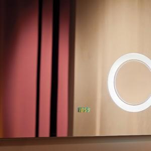Gdy chcemy na moment spojrzeć w lustro, zwykle rezygnujemy z włączenia światła. Wbudowany czujnik włączy je za nas. Dodatkowo na powierzchni lustra Verona (75x55 cm) z oferty Prestige Glass znajduje się 3-krotnie powiększające lusterko kosmetyczne oraz zegar, a specjalna mata grzejna zapobiega parowaniu. Precyzyjne szlifowanie zapewnia wyjątkowo plastyczne odbicie; cena: ok. 1.784,35 zł, Prestige Glass.