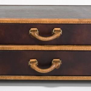 Dekoracyjna walizka od Kare Design świetnie się sprawdzi jako stolik nocny w sypialni lub efektowna ozdoba salonu. Kare design/Galeria Antresola.
