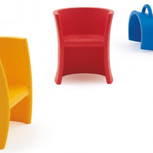 Wielofunkcyjny mebel dla dzieci Trioli. W zależności od potrzeb może być niskim lub wysokim fotelem lub siedziskiem-bujakiem. Magis Me Too.