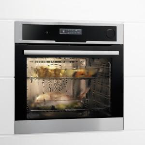 EEB8585POX – wielofunkcyjny z funkcją gotowania na parze; stal nierdzewna Antifingerprint; 15 funkcji pieczenia i gotowania (także w programach łączonych); z programowaniem m.in. ulubionych ustawień, czasu i przepisów, termosonda, emalia łatwa do czyszczenia; poj. 72 l; cena: ok. 4.300 zł, Electrolux.
