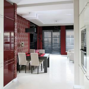 Ani z jadalni, ani z salonu nie widać szafy na zapasy i bocznego wejścia do kuchni. Duża ilość światła i biel sprawiają, że parter wydaje się jasny oraz przestronny. Fot. Serwis Prasowy Diamentic Estate.