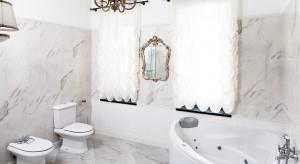 Kto z nas nie marzy o odrobinie luksusu? Każdego dnia, a nie tylko do święta. Właściciel tej łazienki nie musi marzyć. Bo codziennie luksusowo zaczyna i kończy dzień.