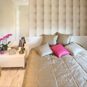 Jasne ściany w połączeniu z beżową,charakterystyczną tapetą tworzą przytulną sypialnię.Proj. arch. Karolina Łuczyńska. Fot. Bartosz Jarosz