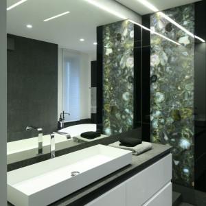 Podświetlany panel z agatów stanowi ładny element dekoracyjny. Doskonale pasuje do szaro-białej kolorystyki. Fot. Bartosz Jarosz.