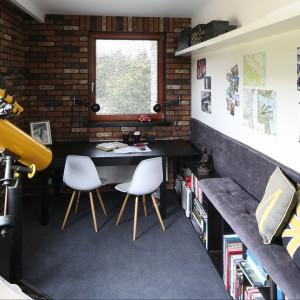 W gabinecie najbardziej charakterystycznym elementem jest cegła na ścianach. W połączeniu z pozostałymi elementami nadaje mu styl country. Wyposażenie: krzesła DSW Vitra / biurko Bjursta IKEA. Fot. Bartosz Jarosz.