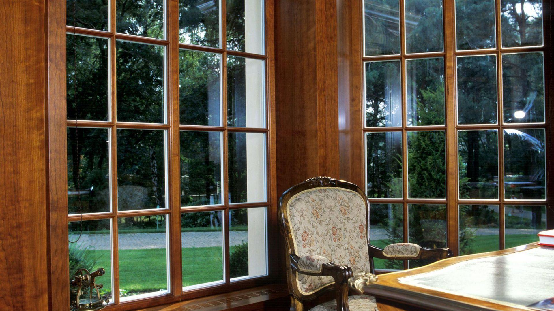 Duże okna tuż przy biurku to najlepsze rozwiązanie problemu oświetlenia miejsca pracy. Fot. Wirchomski.