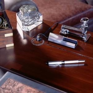 Praktyczną dekoracją biurka może być elegancki przycisk do dokumentów, kałamarz czy nożyk do otwierania listów. Fot. Wirchomski.