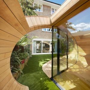 Jasne, drewniane wnętrze uspokaja i pozytywnie nastraja do pracy. Fot. Platform 5 architects.