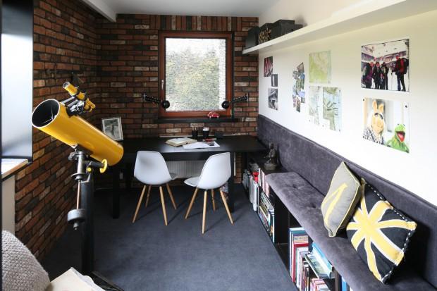 Gabinet z cegłą na ścianie