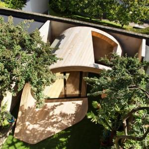 Dopływ światła dziennego do miejsca pracy umożliwiają dwa okna dachowe. Fot. Platform 5 architects.
