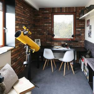 Biurko Bjursta IKEA idealnie pasuje do nieco skandynawskiej aranżacji pokoju pracy. Fot. Bartosz Jarosz.
