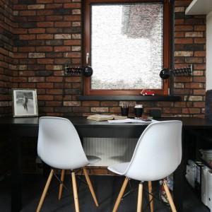 Uwagę zwracają klasyki designu - krzesła DSW marki Vitra. Fot. Bartosz Jarosz.