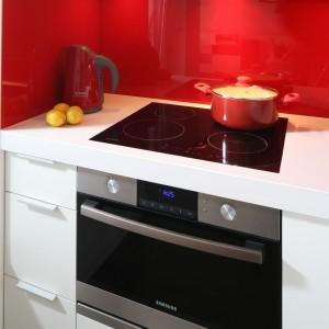 Wyposażenie strefy gotowania stanowi płyta i piekarnik marki Samsung.  Pod piekarnikiem wygodna szuflada np. na patelnie, obok – mniejsze szufladki na narzędzia kuchenne. Fot. Bartosz Jarosz.