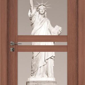 Statua Wolności na drzwiach to oryginalny sposób na zatrzymanie wspomnień z wakacji w USA. Fot. Drzwi i podłogi VOX.