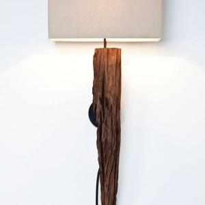 Lampa zaprojektowana specjalnie dla miłośników naturalnych materiałów. Kinkiet Broken Wing to połącznie akacjowego drewna o surowej formie oraz bawełnianego abażuru. Fot. Kare Design / Karestyle.pl