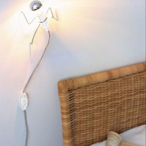 Lampkę Climbing Light zaprojektowano z myślą o osobach lubiących ciekawe dodatki we wnętrzu.Nietypowa forma wspinająca się po ścianie daje przyjemne,delikatne światło. Fot. Black+blum.