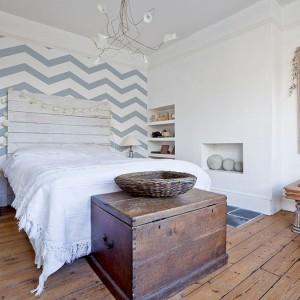 Tapeta w błękitne,marynarskie zygzaki zamieni naszą sypialnię w marynarską przystań.Fot.Big Trix.