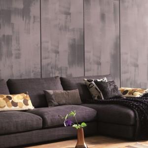 Efekt betonowej ściany uzyskamy malując ścianę na wybrany kolor, a następnie na tak przygotowane podłoże nakładając drugi kolor plastikową szpachelką tzw. Japonką. Potem wystarczy delikatnie rozetrzeć farbę, aby uzyskać efekt barwnych smug. Fashion Collection - 65 zł/2,5 l, Dekoral.