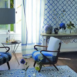 To doskonały pomysł do pokojów dziennych w ciepłym rustykalnym stylu, do salonów inspirowanych wiejskimi domami ze Skandynawii, ale wzór taki będzie też ciekawym akcentem w domach urządzonych zupełnie nowocześnie. Na zdjęciu: tapeta marki Designers Guild. Sprzedaż: Decodore.