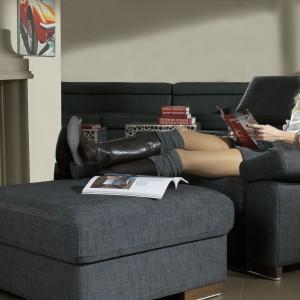 Fotel z kolekcji Bilbao łączy proste formy z komfortem i praktycznością. Możliwość regulacji oparcia oraz podnoszonych podłokietników, dowolny wybór tkanin obiciowych. Wym. 71/106/95. Od ok. 1.778 zł, puf (75/75/40) od 674 zł, Bizzarto.
