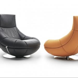 Obrotowy fotel DS-1666, proj. Hugo de Ruiter, z możliwością regulacji wysokości. Jednolita forma konstrukcji i wypełnienie pianką sprawiają, że siadając niemal zatapiamy się w mebel. Dostępny w obiciu ze skóry, wym. 95/90/102. Ok. 17.500zł, DE SEDE.