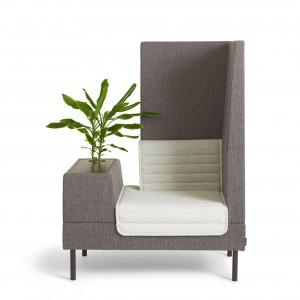 Fotel z nowej kolekcji Smallroom zaprojektowanej przez Ineke Hans. Skrzyneczka, zamiast podłokietnika, może służyć jako miejsce do pracy, do przechowywania albo miejsce na kwiat. Konstrukcja drewniana, siedzisko i oparcie wypełnione pianką. Dostępny w tkaninie lub skórze, nóżki chromowane lub lakierowane na kolor. Wym.134/101/72.  Ok. 10.100 zł, Offect.